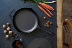 Die Küche organisieren - Kochtöpfe aus Eisenguss und frische Möhren und Nüsse