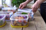 Lebensmittel lagern - Plastikboxen mit vorbereiteiteten Gerichten - Meal Prep
