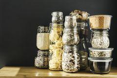 Lebensmittel lagern in Vorratsgläsern.