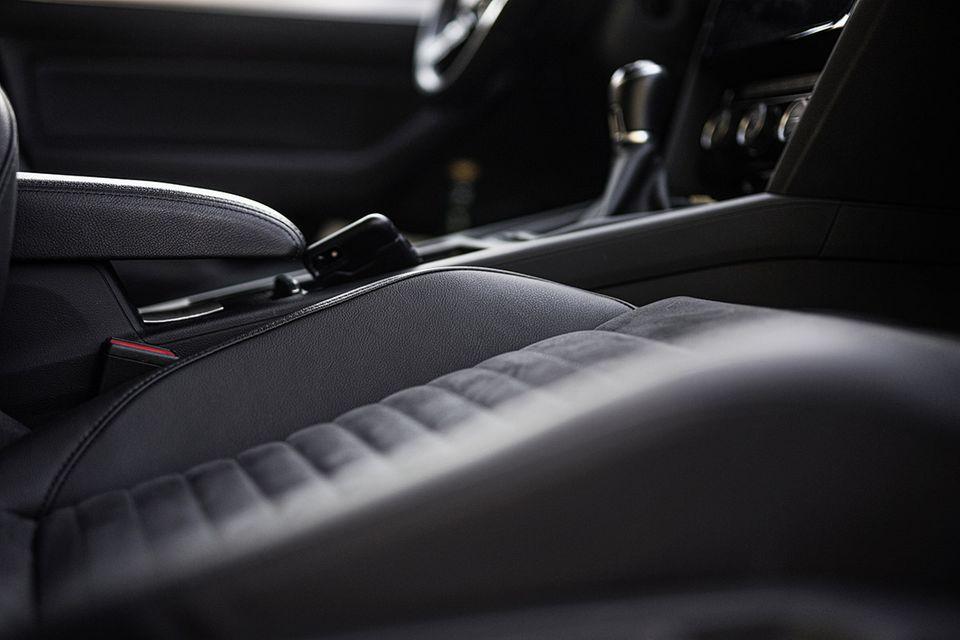 Moderner Sitzbezug aus Alcantara und Leder im Auto