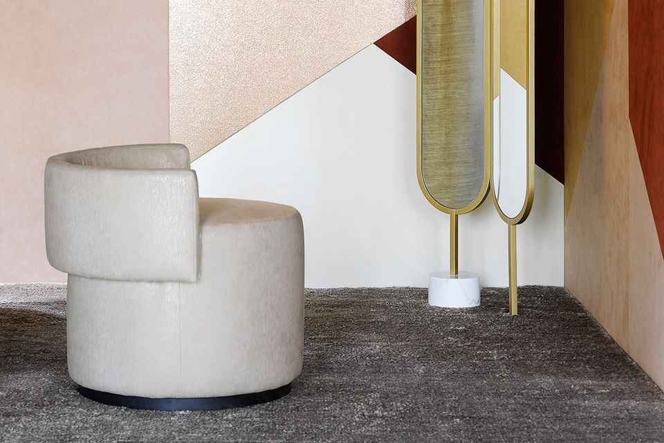 Kreisrunder, gepolsterter Sessel mit Alcantara bezogen
