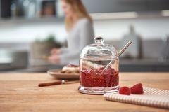 Gelee-Glas mit Beeren-Marmelade in einer Küche