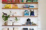 Nach Farben sortiertes Bücherregal