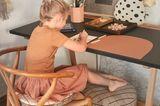 Home Office mit Kindern - Mädchen am Schreibtisch