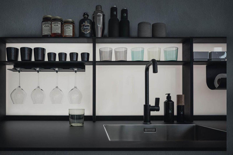 """Küche """"Frame"""" von Next mit hinterleuchtetem Regal"""