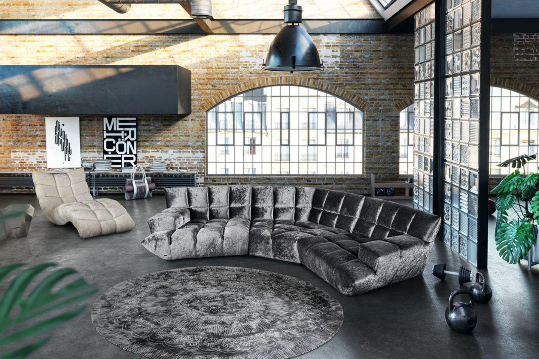 """Sofa """"Cloud 7"""" von Bretz in GRau in einem Loft"""