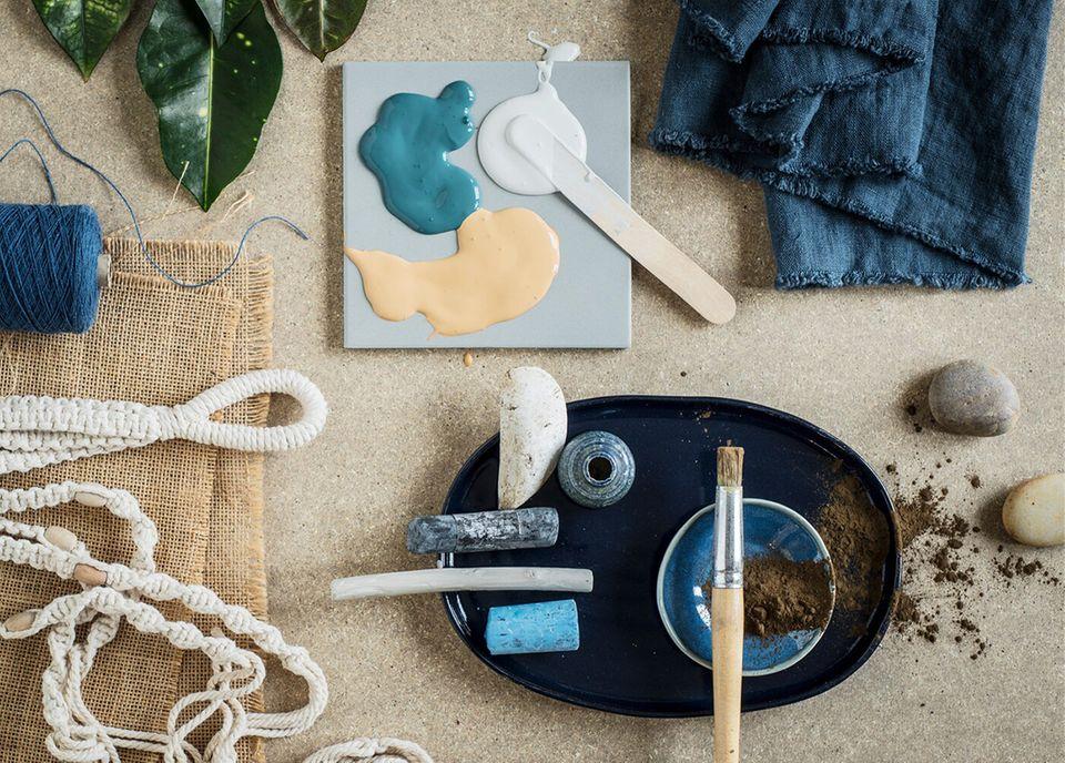 Ikea Hack - DIY Utensilien wie Pinsel, Farbe und Textilien in Blau