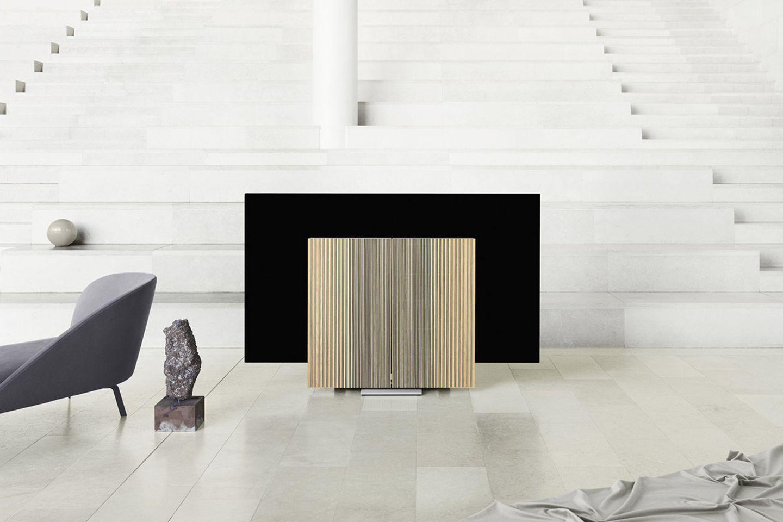 """Im ausgeschalteten Zustand verdecken die Boxen das Display von Bang & Olufsens Fernseher """"Beovision Harmony"""""""