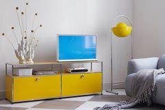 Lowboard in Gelb von USM-Haller im Wohnzimmer