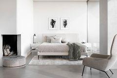 """Polsterbett """"Arlington"""" von Bo Concept in hell eingerichtetem Schlafzimmer"""