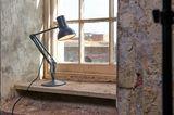 """Leuchte """"Type 75 Mini"""" von Anglepoise auf einer Fensterbank"""