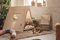 Kinderzimmer mit einem Spielzelt aus Baumwolle von Ferm Living