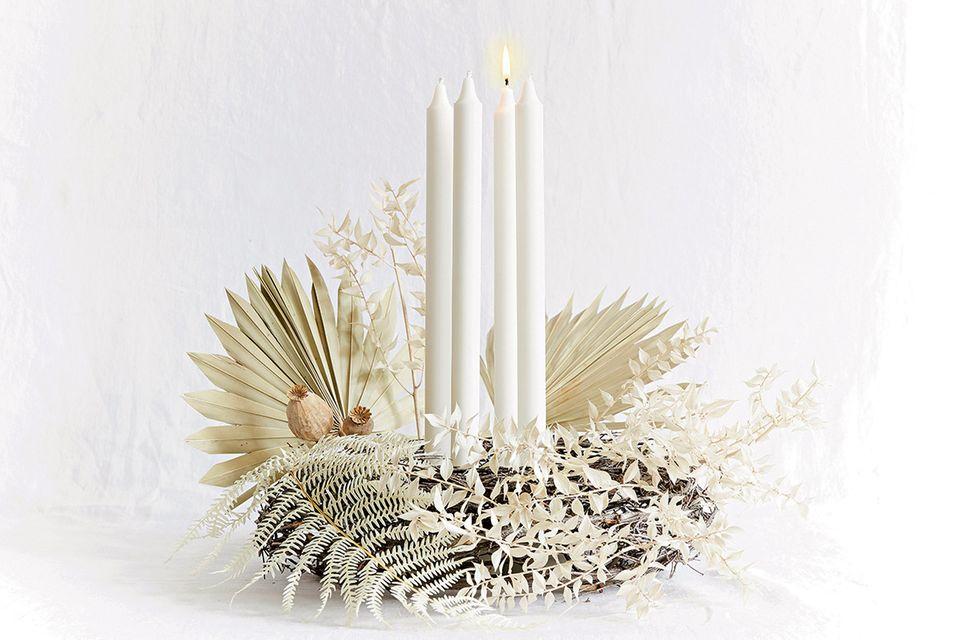 Adventskranz aus getrockneten Palmenblättern, Farn, Ruskus und Mohnkapseln