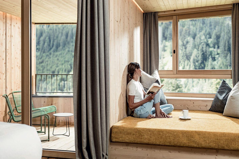 Mit viel blondem Holz gestaltetes und mit natürlichen Materialien ausgestattetes Zimmer im Hotel Antholz