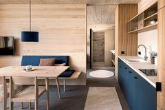In hellem Holz und dunklem Blau gehaltenes Zimmer in der Fuchsegg Eco Lodge