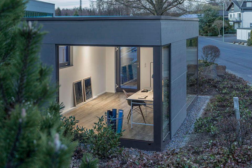 Das modern gestaltete Garten-Office von Gartana bietet einen Extra-Arbeitsplatz vom Feinsten.