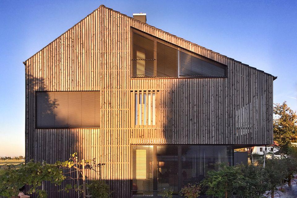 Holzhaus im Sonnenlicht