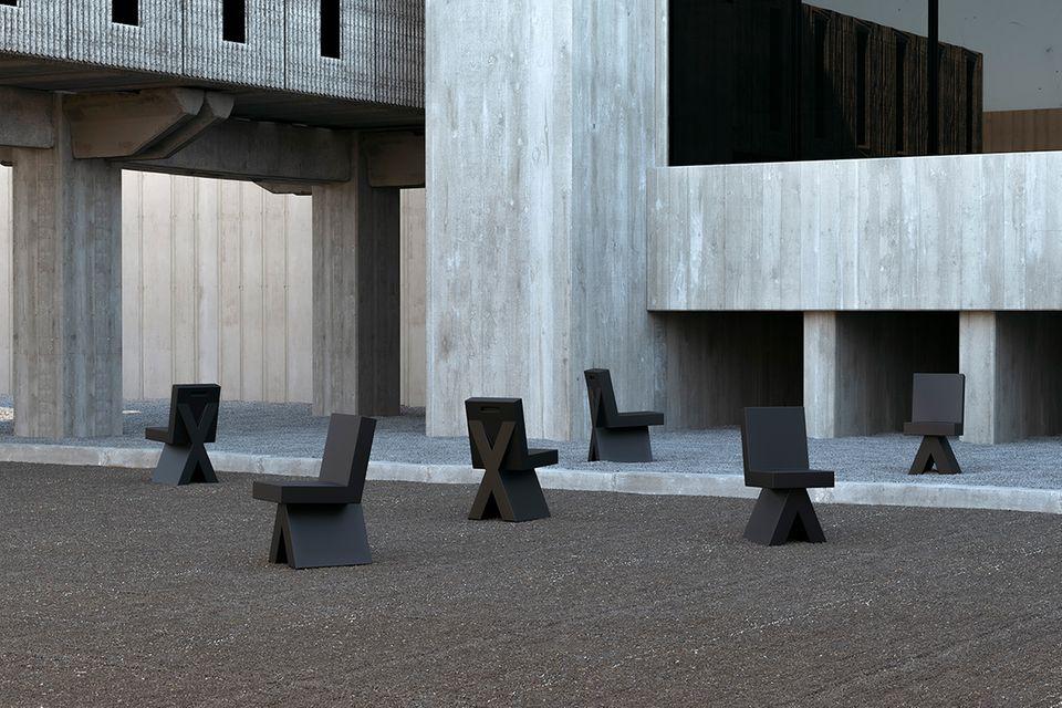 Innenhof mit mehreren schwarzen Stühlen