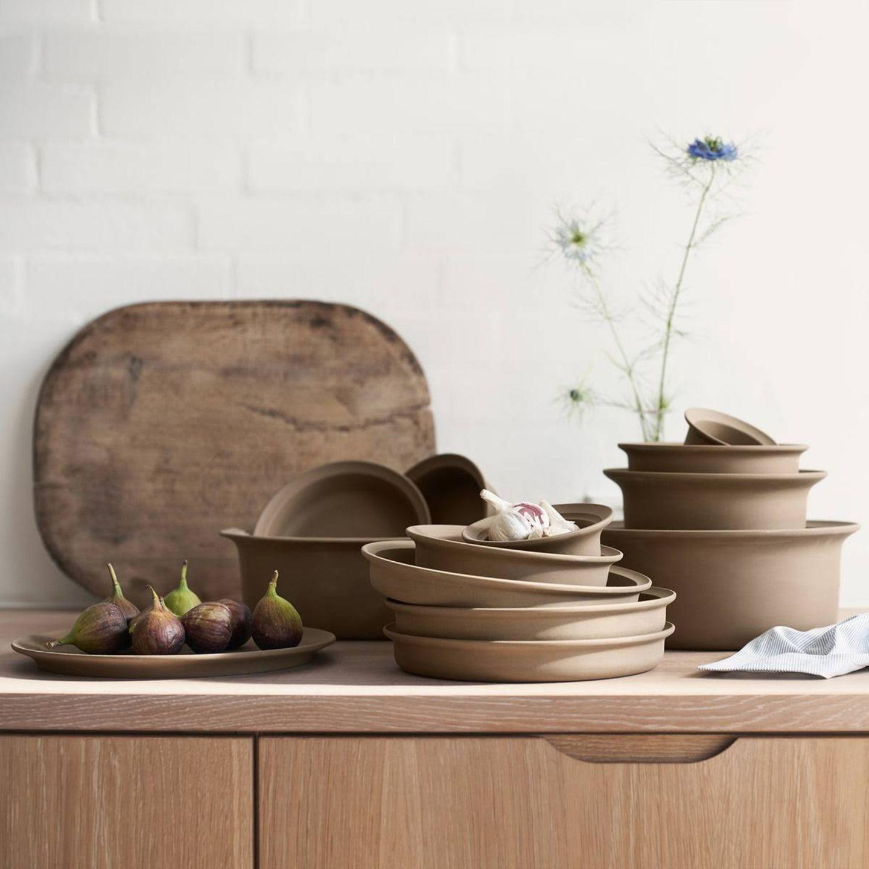 Keramikreihe auf dem Tisch sortiert