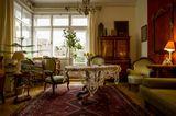 Wohnzimmer mit Biedermeier-Möbeln