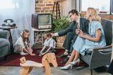 Familie im 50er Jahre-Wohnzimmer