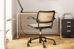 Thonet Stuhl steht vor einem Schreibtisch links eine Lampe, rechts ein Rollcontrainer
