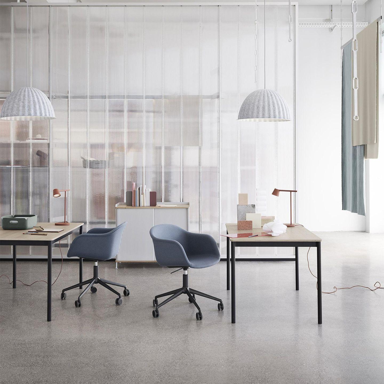 Bürosituation mit zwei Schreibtischstühlen