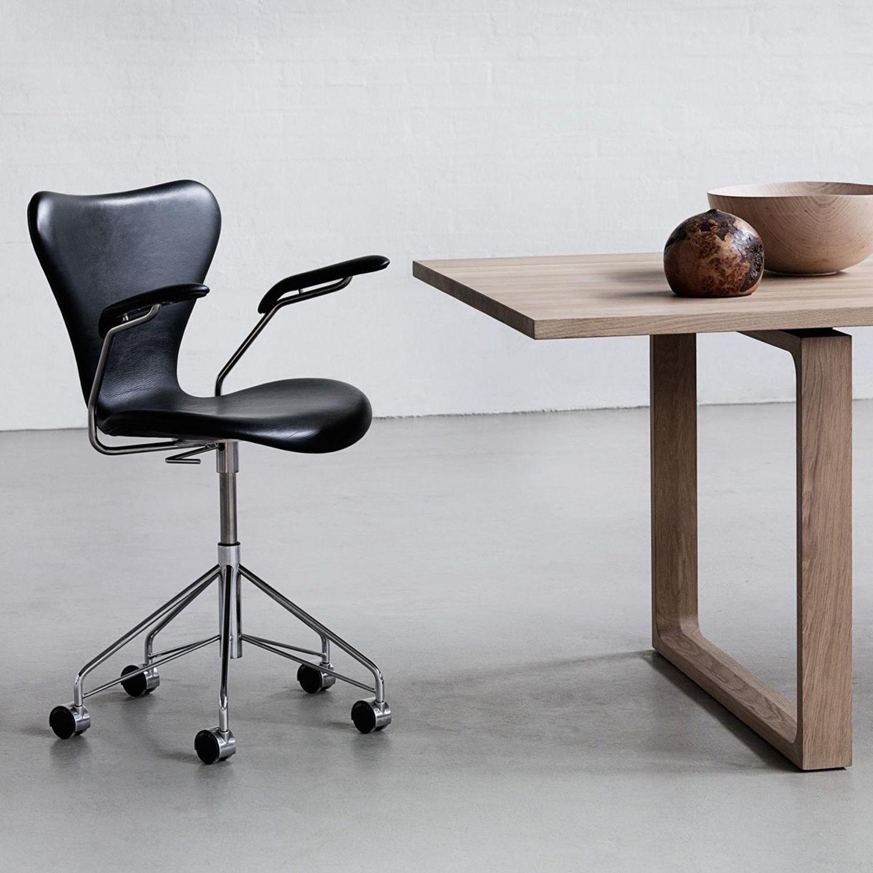 Bürodrehstuhl stehts links vom Tisch mit schöner Schale