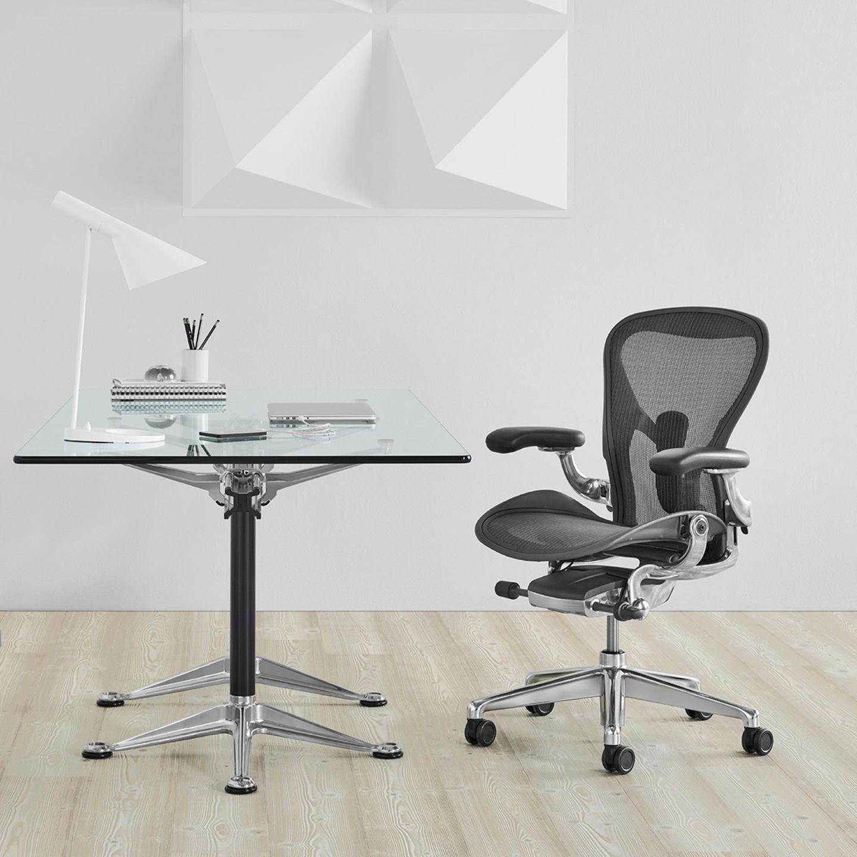 Link Schreibtisch, rechts Schreibtischstuhl
