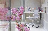 Blumen im Vordergrund, im Hintergrund Homeoffice-Situation mit Vitra Chair