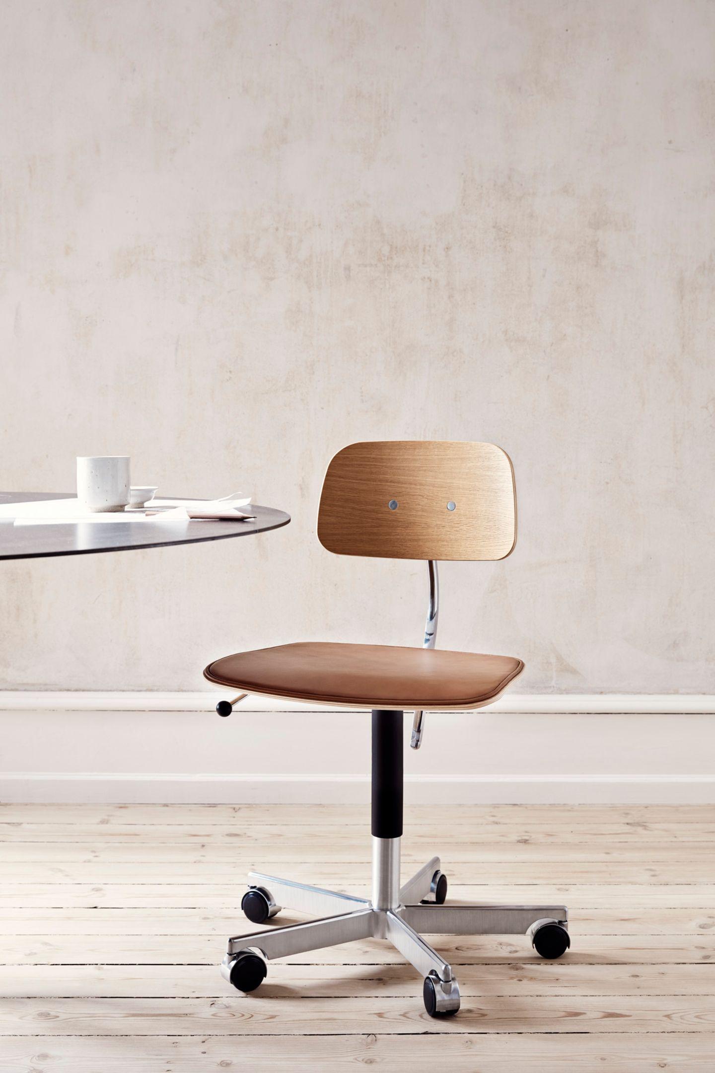 Heller Raum in dem ein Schreibtischstuhl steht, links ein Tisch