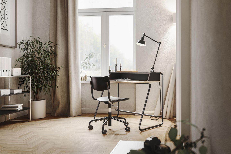 Homeoffice-Situation Schreibtisch mit Stuhl und Regal