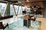 Bürosituation mit Schreibtisch und Schreibtischstuhl
