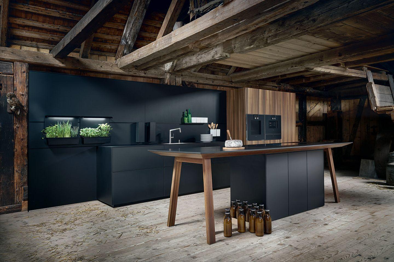 Küche mit schwarzer Beschichtung von Next 125