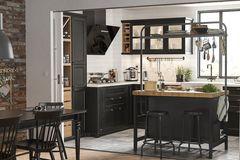 """Küche """"Metod"""" von Ikea mit schwarz lasierten Fronten"""