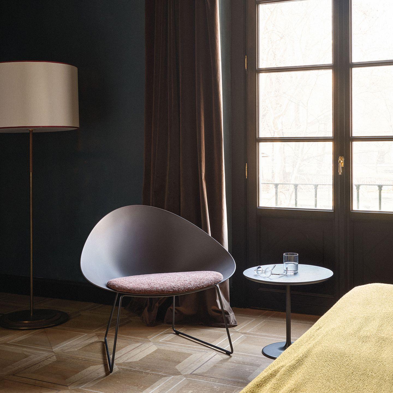 Grauer Sessel in einem Raum