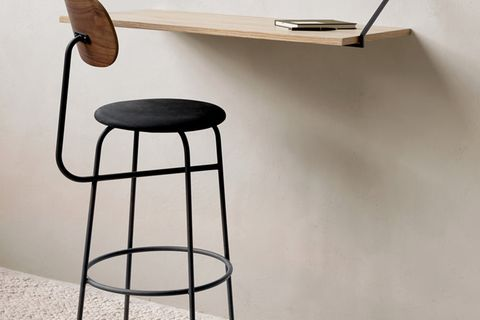 Wandschreibtisch an der Wand mit Stuhl davor