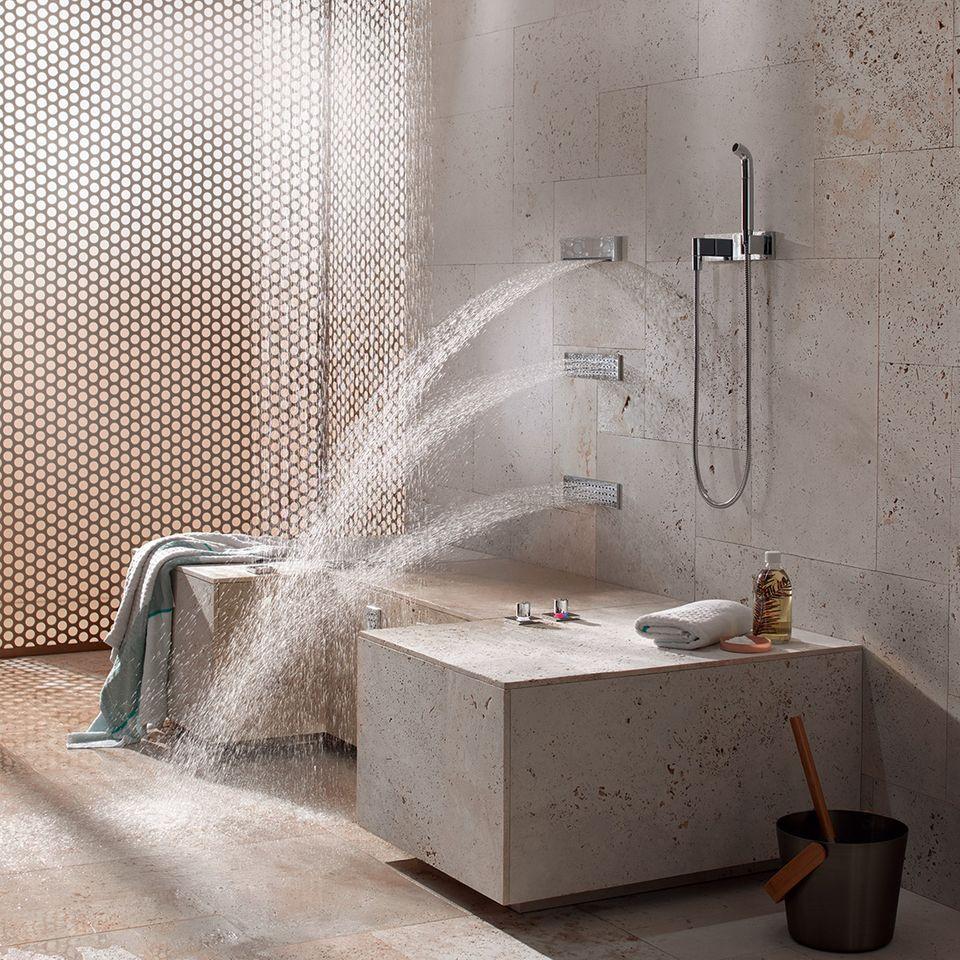 """Die """"Comfort Shower"""" von Dornbracht massiert Rücken und Beine im Stehen oder Sitzen."""