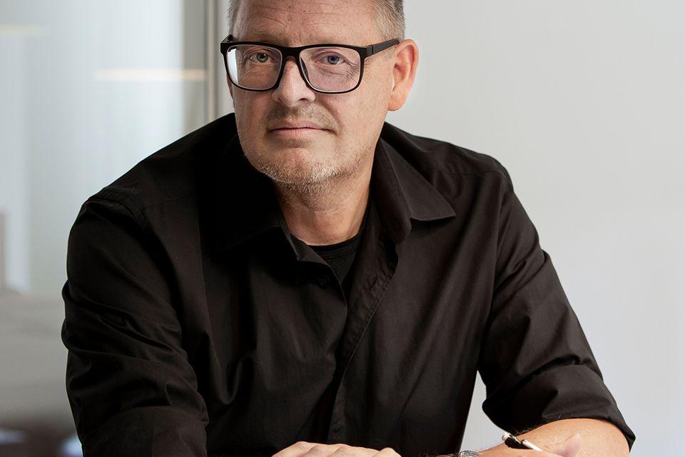 Designer Henrik Pedersen sitzt am Tisch