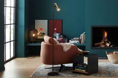 Leseecke mit Kamin mit Möbeln aus der SCHÖNER WOHNEN-Kollektion