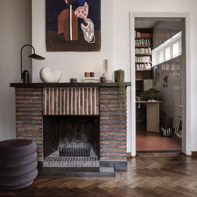 Mit Accessoires von Ferm Living dekorativ in Szene gesetzter Kamin