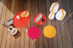 Verschiedene Beistelltische und Outdoor-Leuchten von Fermob auf einer Terrasse