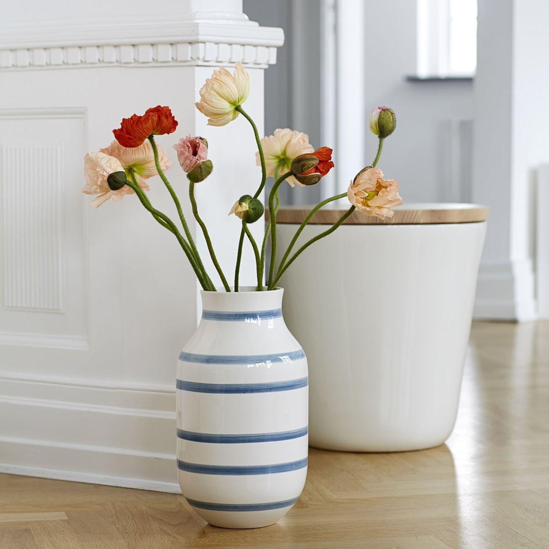 """Vereinzelte Blumen in der Bodenvase """"Omaggio"""" von Kähler"""