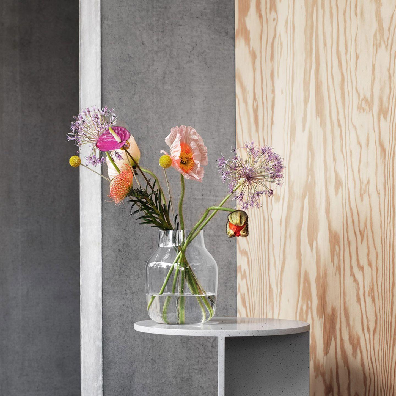 """Reduzierter, farbenfroher Strauß in der Vase """"Silent"""" von Muuto"""