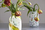"""Vasen """"Splash"""" von Hay mit einzelnen Blumen, die leicht die Köpfe hängen lassen"""