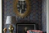 """Tapete """"Ajrak"""" mit tiefen Indigo-Tönen in einer etwas altmodischen und trotzdem stilvoll ausgestatteten Sitzecke"""