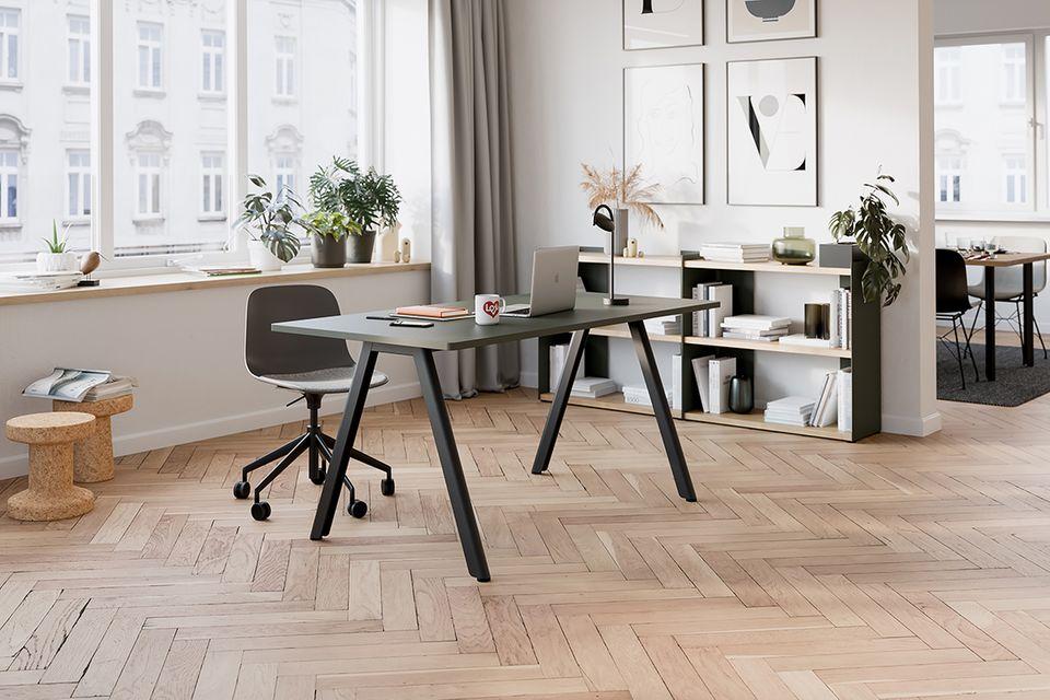 Homeofficesituation mit Schreibtisch und Stuhl