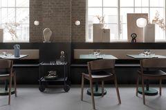 Stühle und Tische in einem Raum