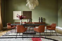 Esszimmersituation mit Stühlen rund um den Tisch