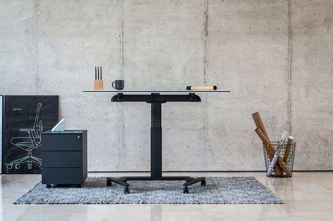 Höhenverstellbarer Schreibtisch in Homeoffice-Umgebung